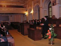 V zasedací síni poslanecké sněmovny