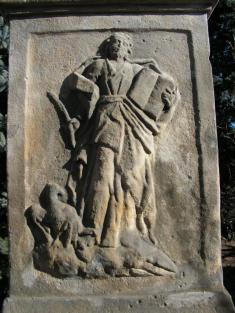 Reliéf napodstavci kříže