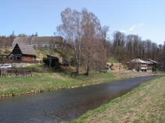 Řeka pokračuje vesnicí ...